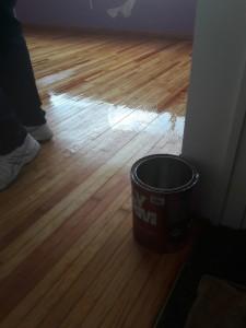 Barnizando piso